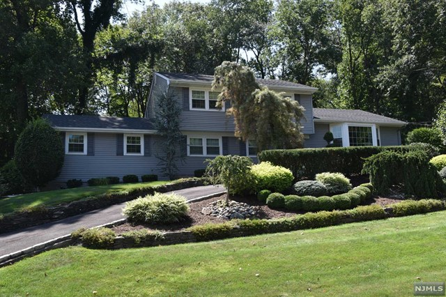 15 Heatherhill Ln Pascack Valley Home Listings - Susan Laskin Real Estate