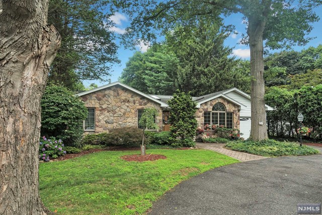 29 Peter Lynas Ct Pascack Valley Home Listings - Susan Laskin Real Estate